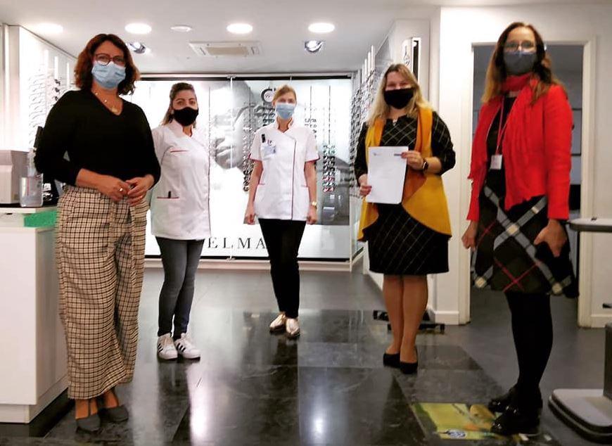 Representantes da Associação Mundo Feliz fazem uma visita à loja Nacional Óptica de Algés